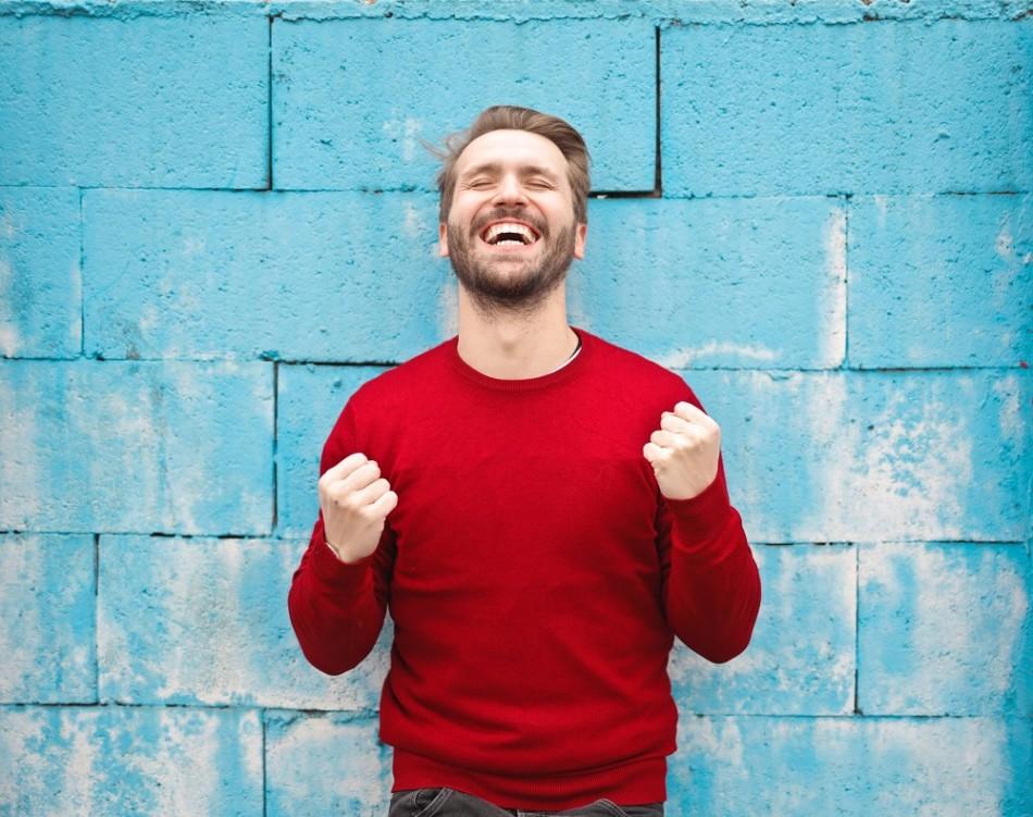喜びを全身であらわす男性写真